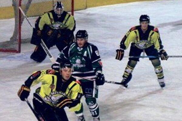"""V Miskolci výborná prvá tretina, """"Ľadové medvede"""" (v žltom, z domáceho zámasu HC) však zápas dokonale otočili."""