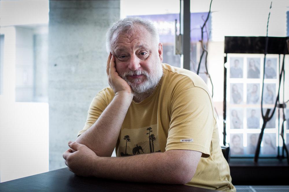 Martin Šulík (53) - režisér, scenárista a príležitostný herec. Pochádza zo Žiliny, vyštudoval filmovú a televíznu réžiu na VŠMU v Bratislave, kde v súčasnosti pôsobí ako vedúci katedry. Debutoval filmom Neha v roku 1991, jeho najoceňovanejším filmom doma aj v zahraničí sa stala Záhrada. Je aj autorom celovečerných filmov Orbis Pictus, Krajinka, Slnečný štát či Cigán. Nakrútil viacero úspešných dokumentov.