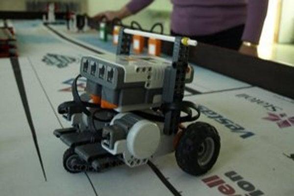 """Legorobot na """"tréningovej"""" ploche."""