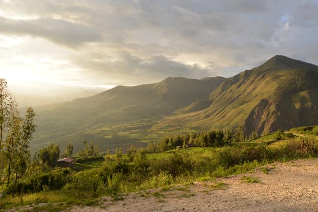 Západ slnka v peruánskych horách .