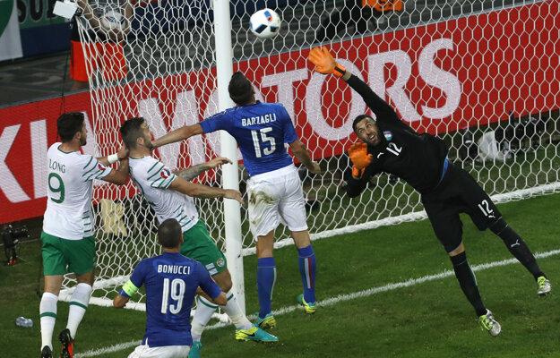 Brankár Talianska Salvatore Sirigu sa naťahuje po strele od jedného z hráčov Írska.