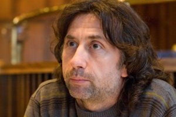 Narodil sa v roku 1958, pochádza z Košíc. Tam vyštudoval strednú školu a získal tak papiere na zubného laboranta. Neskôr absolvoval v Prahe Divadelnú akadémiu múzických umení – odbor bábkoherectvo. Pri vzniku televízie Markíza sa prihlásil na konkurz a do