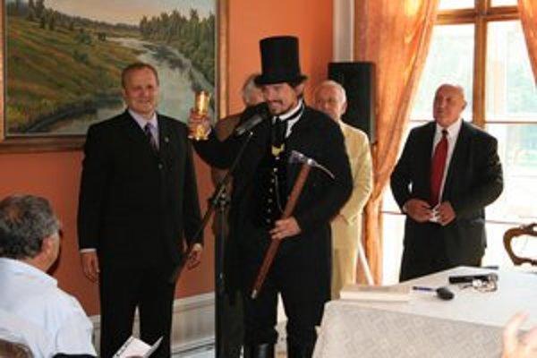 Imrich Szabó a Maroš Mačucha pri prípitku, v pozadí grófi József Károlyi a Alois Kálnoky.