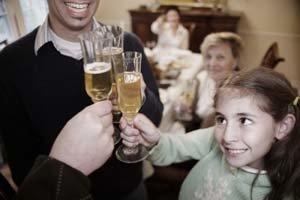 Vianočný či novoročný prípitok si dieťa môže vysvetliť tak, že alkohol nie je zakázané piť ani počas roka.