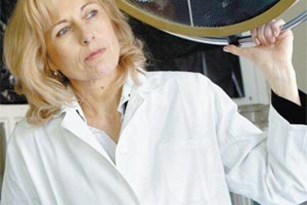 Daniela Ostatníková (1957) - v roku 1982 ukončila štúdium medicíny na Univerzite Komenského v Bratislave, kde od roku 1989 vyučuje. V roku 2005 bola habilitovaná na docentku v odbore normálnej a patologickej fyziológie. Je autorkou a zodpovednou riešiteľk