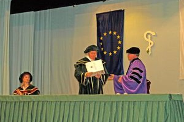 M. Karvaj preberá menovací dekrét od dekana fakulty v Scrantone D. Westa (vpravo).