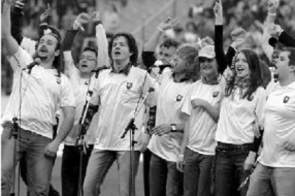 Slovenské pop-hviezdy spievajú futbalovú hymnu Slovensko, do toho! pred futbalovým zápasom SR - Portugalsko 30. marca 2005 v Bratislave.
