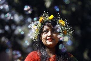 Bangladéšske dievča má vo vlasoch kvety počas osláv príchodu jari v univerzitnom mestečku v Dhake, Bangladéš. (AP Photo/A.M. Ahad)