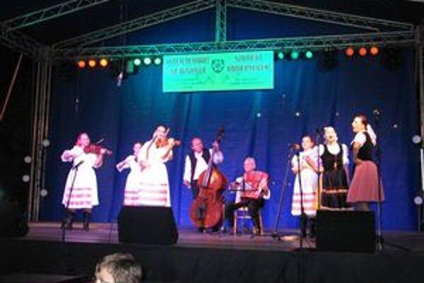Ľudová hudba Matičiarika sa nedávno prezentovala na Novozámockom folklórnom festivale v rámci Oberačkových slávností.