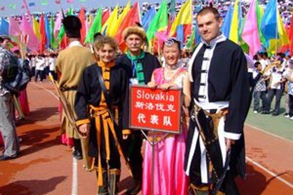 Členovia skupiny Čierny sokol počas slávnostného ceremoniálu. Foto: Archív FS