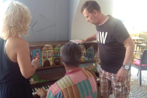 Na Mariánskom námestí doslova oprášili verejný klavír.