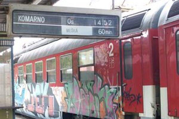 Pred treťou hodinou na tabuli naskočila informácia o meškaní vlaku.