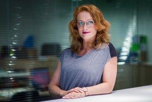 PhDr. Erika Tkáčová (1980) – Vyštudovala odbor psychológia na Filozofickej fakulte UK v Bratislave. Špecializuje sa na psychoterapiu, párovú terapiu, psychodiagnostiku, vyšetrenie vodičov, inštruktorov a držiteľov zbraní. Externe vyučuje na Slovenskej zdravotníckej univerzite v Bratislave. Ako klinická psychologička vykonáva certifikovanú pracovnú činnosť dopravný psychológ od roku 2010.