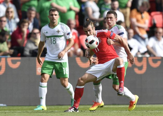 Gareth Bale (v strede).