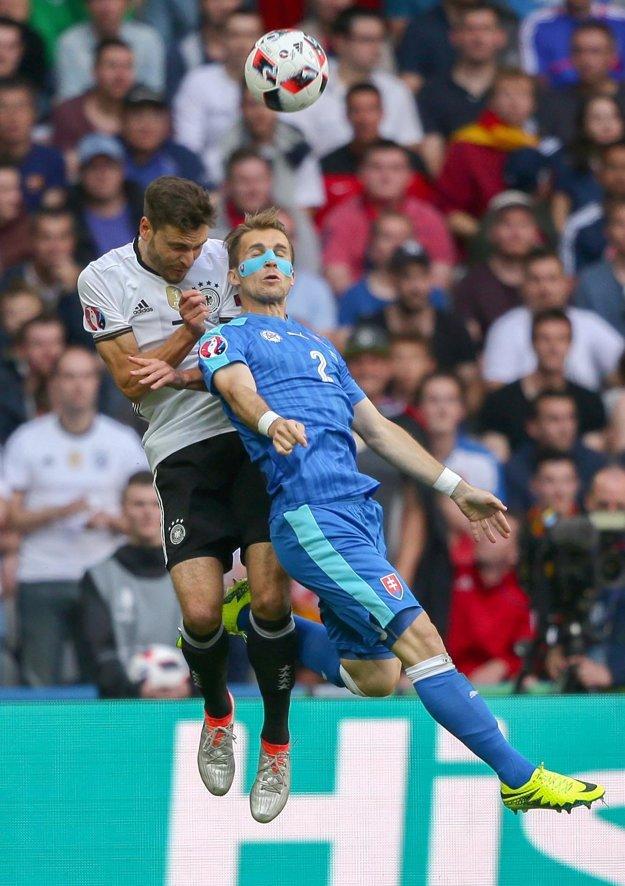 Peter Pekarík (vpravo) sa napriek zranenému nosu nešetrí. Na fotografii v súboji s ľavým obrancom Nemecka Jonas Hector.