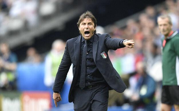 Conte vášnivo gestikuluje počas celého doterajšieho priebehu.