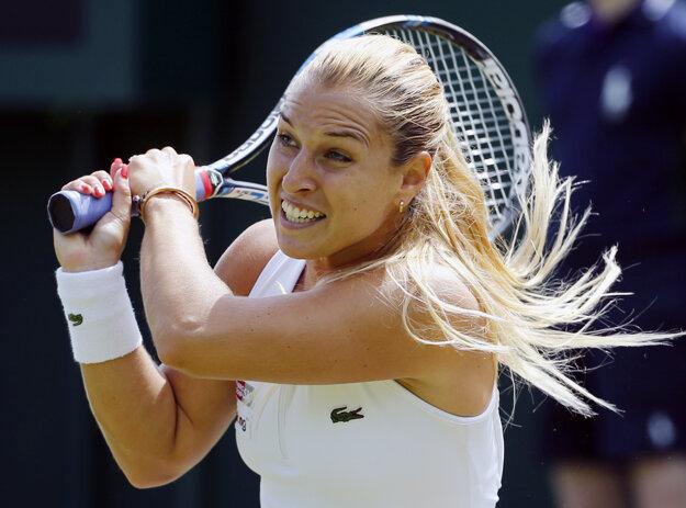 Dominika Cibulková zvádza so súperkou zatiaľ vyrovnaný súboj.