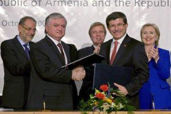 Kým turecký šéf diplomacie (vpravo) sa usmieval, jeho arménsky kolega sa tváril kyslo.