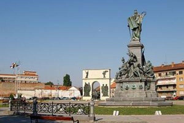 Socha slobody v rumunskom Arade postavili na pamiatku mučeníkov revolúcie z roku 1848 – 49, po pripojení Sedmohradska k Rumunsku ju však odstránili. K jej rekonštrukcii v roku 2004 mohlo dôjsť len po zdĺhavých maďarsko-rumunských rokovaniach a napokon