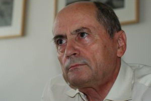 Narodil sa v roku 1944. Vyštudoval právo na Karlovej univerzite v Prahe, za socializmu bol aktívnym disidentom. Pracoval ako advokát, v roku 1981 ho z advokácie vylúčili pre obhajobu v politickom procese. Neskôr pracoval ako šofér a podnikový právnik. Nov