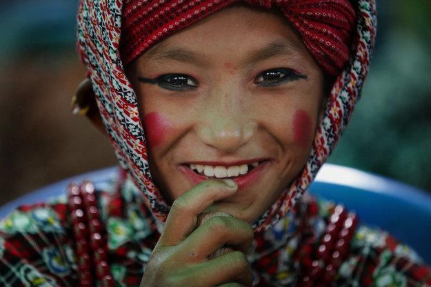 Mladý chlapec sa pripravuje na tanec, ktorým vzdá úctu obetiam zemetrasenia.