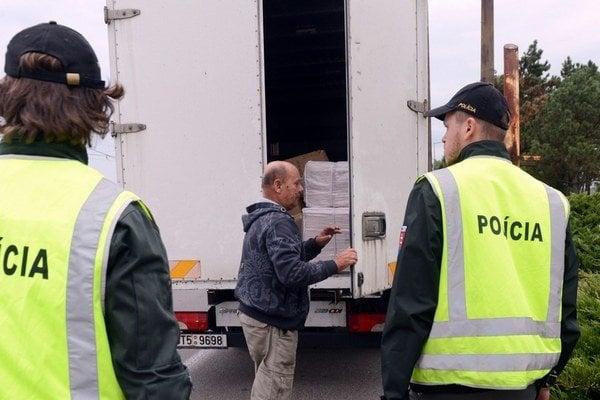 Prehľadávanie kamiónov zdržuje dopravu.
