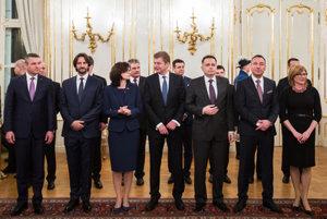 Krátko po vymenovaní si ministri začali do úradov dosadzovať svojich ľudí.
