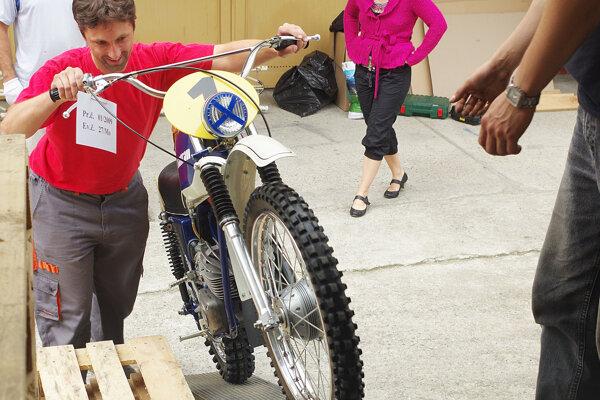 Príprava motocyklov na cestu.