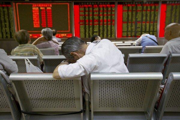 Čínska centrálna banka v reakcii na pád burzy znižuje úrokové sadzby.
