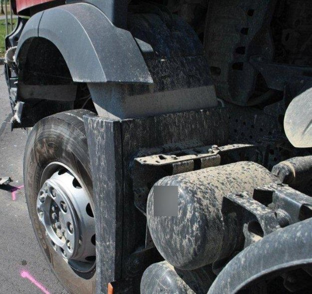 Muž skončil pod kolesami kamióna