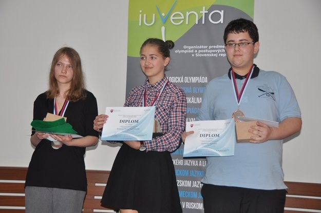 Zlatú medailu v odbornosti geológia získala Arianna Anna Potočárová zo Základnej školy v Skalitom (v strede).