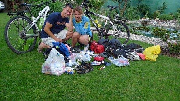 Matej a Nika si balia batožinu pred odchodom na výlet.
