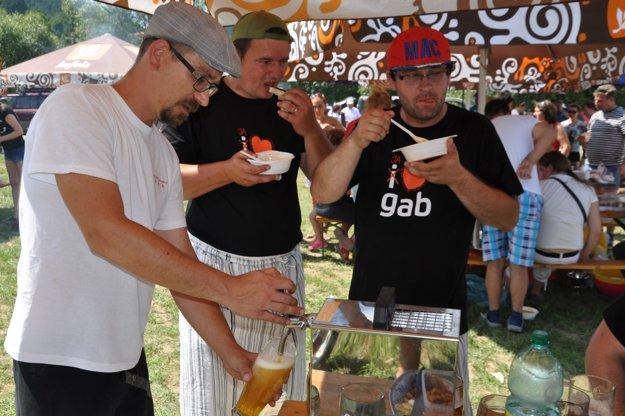 Vilovi Csontosovi zo skupiny Fragile pivo profesorov z námestovského gymnázia chutilo.