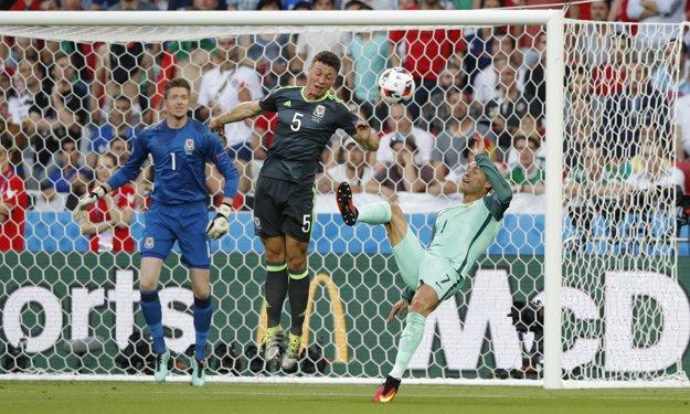 Cristiano Ronaldo sa pokúša o akrobatické zakončenie pred bránou Walesu.