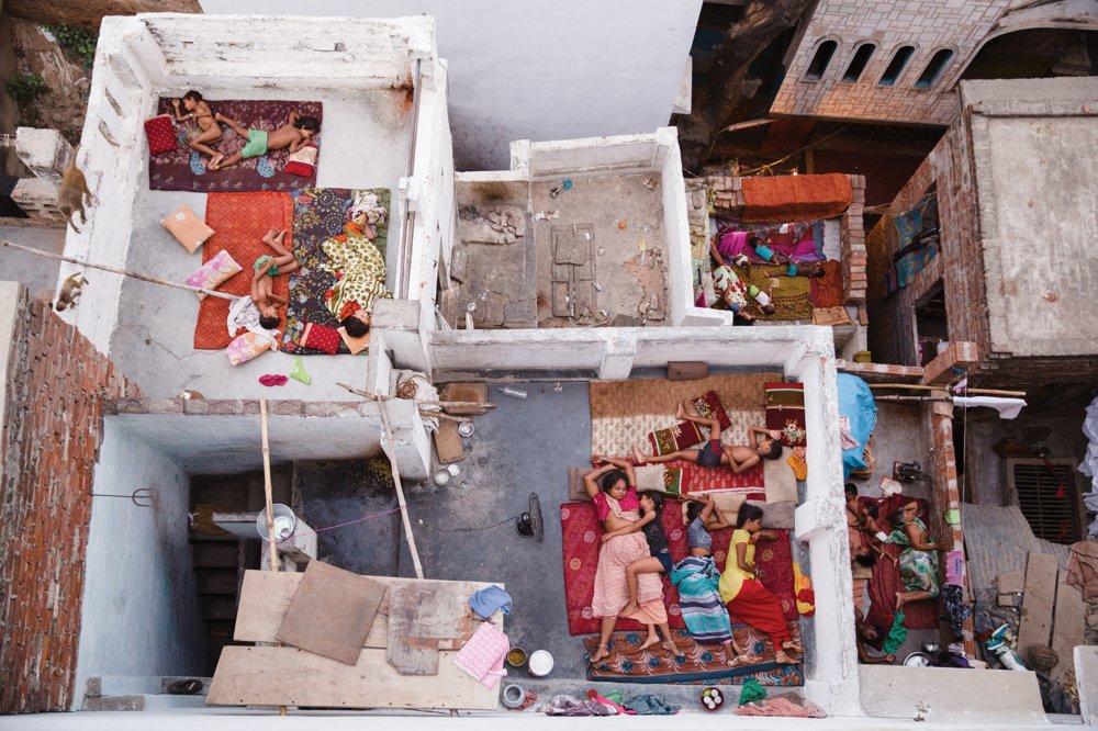 2. miesto kategória Ľudia.Sny na streche. Z penzióna vo Varanasi chcel autor ráno o 5:30 zachytiť východ slnka. Zaujali ho však susedné strechy, kde  rodiny kvôli horúčave prespávali na strechách svojich domov.