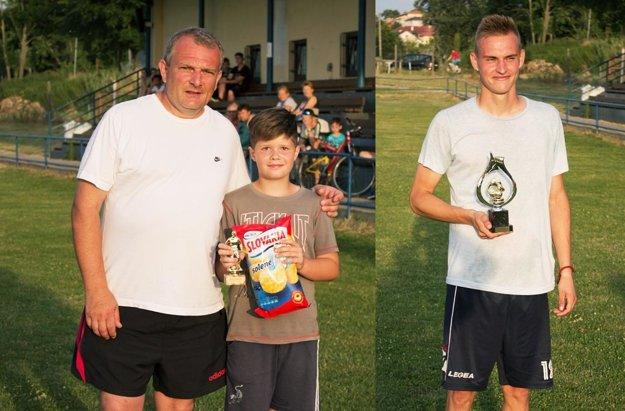 Zľava viceprezident FK Jozef Labuda s víťazom penaltovej súťaže, 10-ročným Adamom Fintom. Vpravo najlepší strelec turnaja Jozef Sombat.
