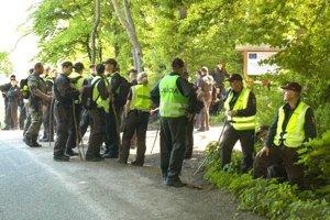 Policajti. Les prehľadávali už v roku 2010.