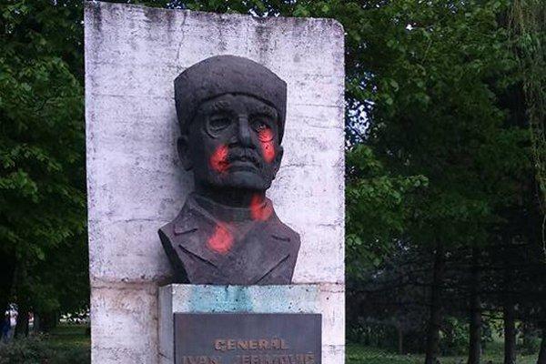 Ďalšia pomaľovaná socha. Tentoraz načerveno svieti generál Petrov.