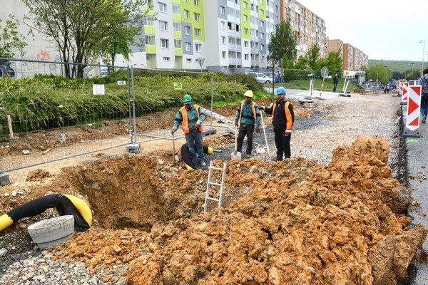 Už makajú. Robotníci sú na stavenisku, musia spevniť podklad.