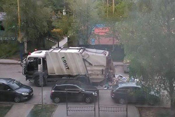 Na Čínskej bolo veselo. O rozruch sa postarali nešikovní smetiari.