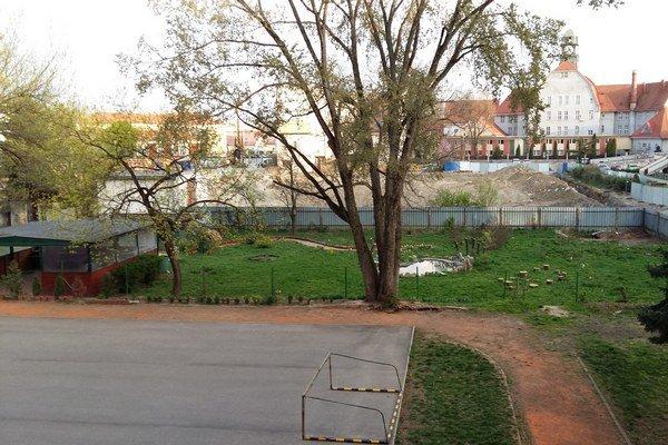 Školská záhrada. Obavy, že ju zničia, sa asi rozplynú.