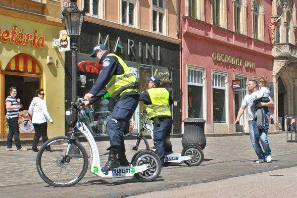 Elektrické kolobežky. Skúšali ich, ich využitie chválili, už sú v uliciach.