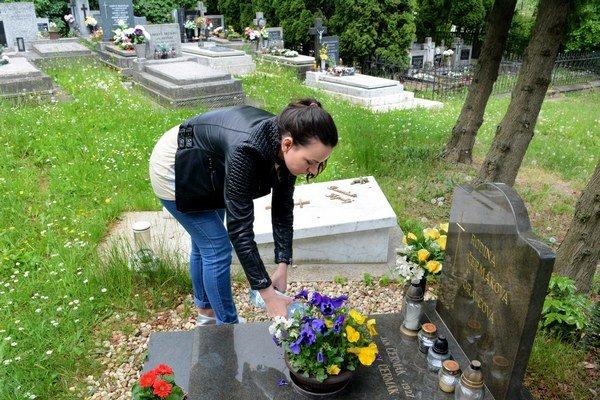 Cintorín bez vody. Ľudia sú nútení nosiť si vodu na polievanie kvetín a čistenie hrobov v nádobách z domu.