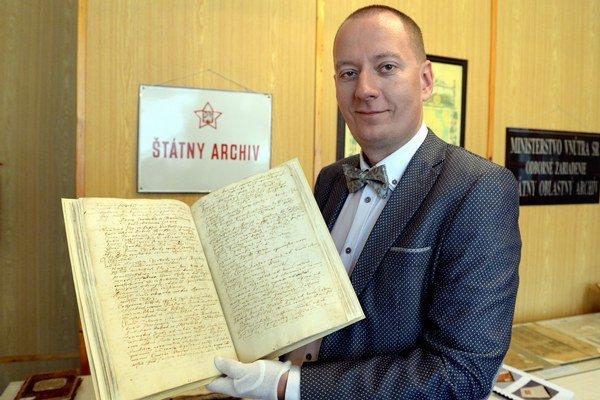 Riaditeľ Štátneho archívu v Košiciach Richard Pavlovič drží v ruke Kongregačnú zápisnicu Abovskej župy.