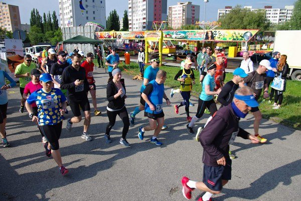 Bežci na trati. 50 kilometrov zvládol najrýchlejšie János Bogár.
