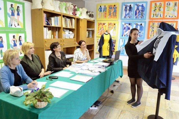 Barbora Kustvánová z odboru odevný dizajn prezentuje svoju prácu pred maturitnou komisiou.