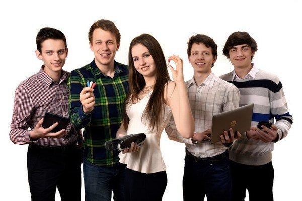 Úspešní študenti. V rukách držia malú vecičku, ktorá ľuďom uľahčí život.