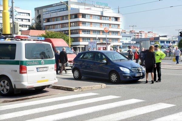 Po nehode. Mercedes zastal pár metrov od priechodu.