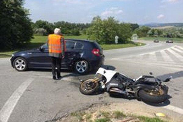 Zrážka BMW 1 s motorkou. Motorkár je v nemocnici.