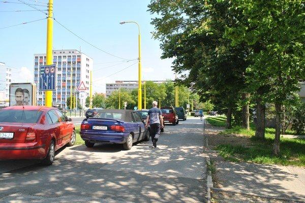 Chodník – parkovisko pri amfiteátri. Autá sú tam odstavené po celom chodníku od Tatranskej až po Tip – top.
